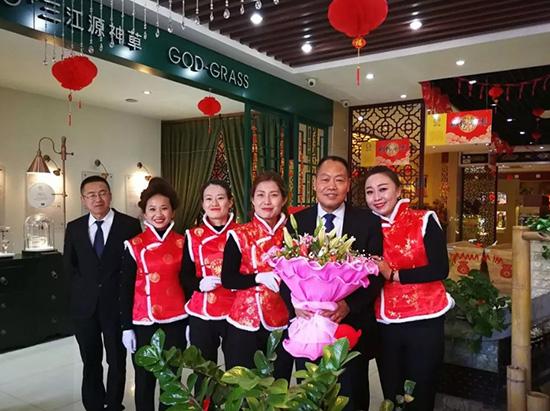 金狗贺岁,三江源冬虫夏草集团总经理周占琪深入销售一线拜年!